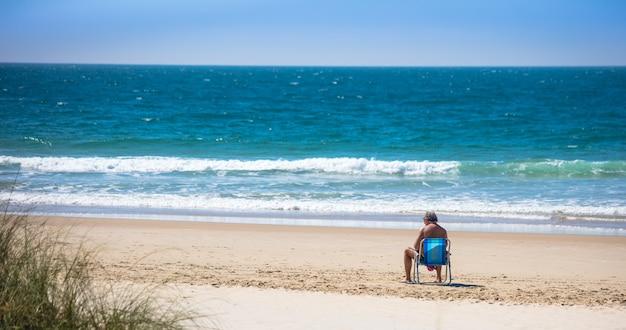 Persona sola che si gode il bel tempo sulla spiaggia in brasile