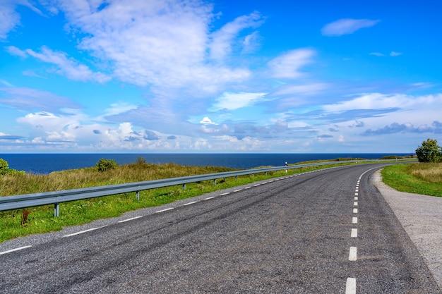 흐린 하늘과 함께 아무데도 향하지 않는 바다 옆의 외로운 길.