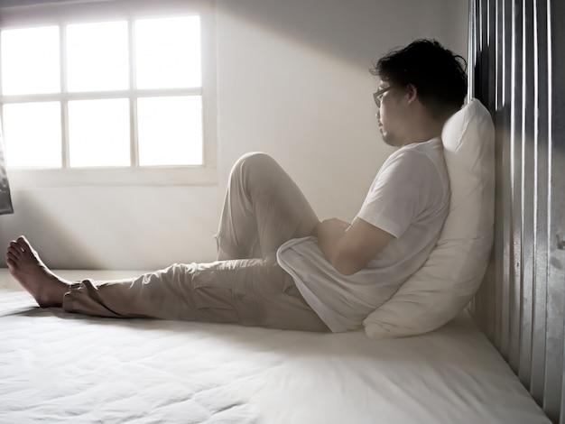 寂しい悲しい若いアジア人男性