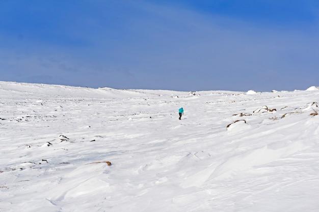 눈 덮인 사막에서 외롭고 피곤한 비틀거리는 여행자