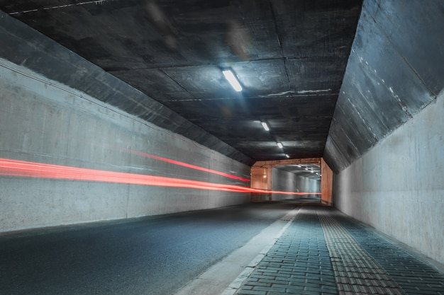 Одинокий туннель с красными линиями в движении