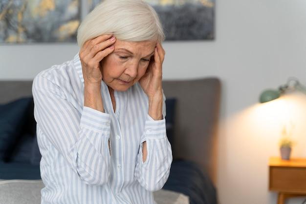 Одинокая женщина противостоит болезни альцгеймера