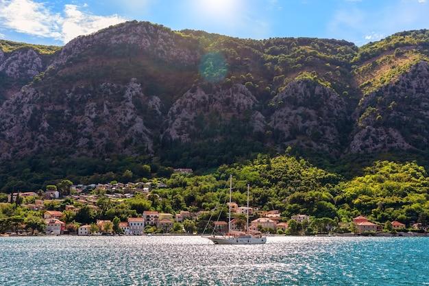 Одинокая яхта недалеко от побережья адриатического моря в которской бухте, черногория.