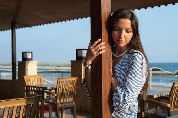 휴가에 외로운 젊은 여자.