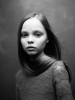 외로운 매력적인 모습 얼굴 근접 촬영 흑백 사진