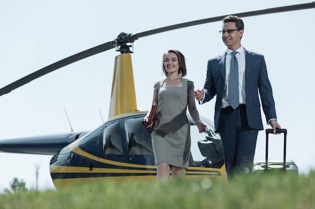 待望のミーティング。陽気な若い女性と彼女の夫は、彼女が彼の出張の後に彼に会った後にヘリポートを去ります