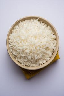 Рис лонг басмати в приготовленном виде - это основное индийское блюдо, которое подается в миске. выборочный фокус