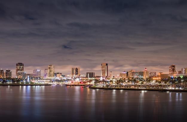 曇り夜の夜にロングビーチカリフォルニアパノラマ