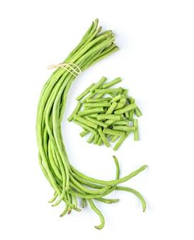 白い壁に長い豆。