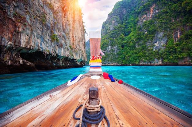 Длинная лодка и голубая вода в заливе майя на острове пхи-пхи, краби, таиланд.