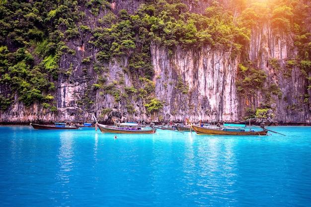 피피 섬, 태국 크라비 마야 베이에서 긴 보트와 푸른 물.