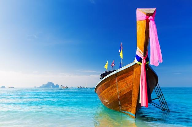 ロングボートと熱帯のビーチ、アンダマン海、タイ