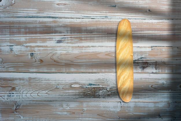 Длинный хлеб в творческой концептуальной плоской композиции с видом сверху с изолированной копией пространства