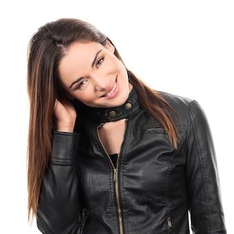髪の手で長い茶色の髪の女性