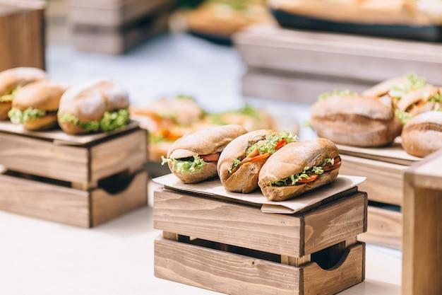 상추, 신선한 토마토 조각을 곁들인 긴 ciabatta 샌드위치