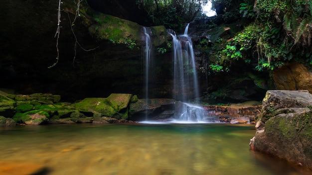 Длинная экспозиция водопада с замшелым ландшафтом