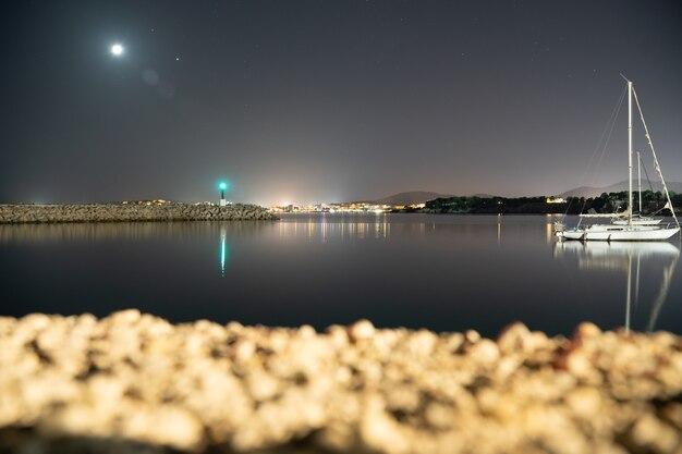 배경에 등대가 있는 calvia의 port of portal에서 밤에 긴 노출