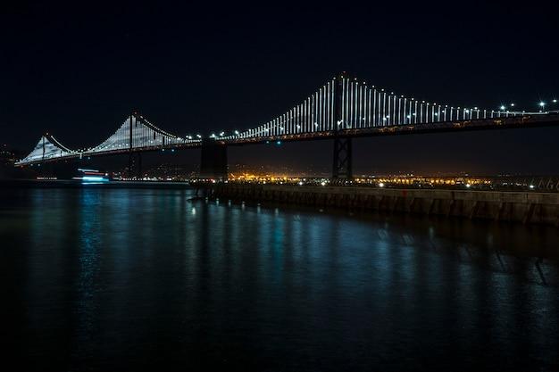 夜のサンフランシスコベイブリッジでの長時間露光。カリフォルニア