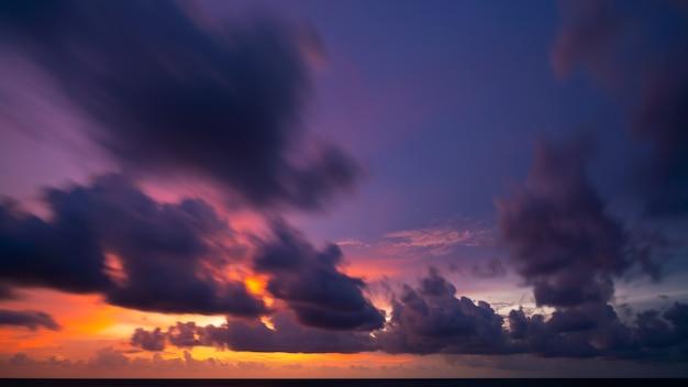 긴 노출 다채로운 하늘 일몰 또는 일출 다채로운 하늘 레코딩 바다 표면에 아름 다운 빛 반사 놀라운 풍경 또는 바다 자연 배경입니다.