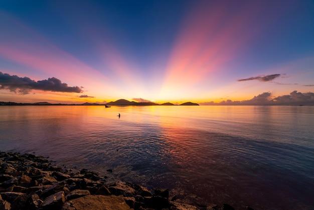 긴 노출 바다 위에 다채로운 일몰 또는 일출 맑은 하늘 바다 표면에 반사 빛으로 일몰 목가적인 놀라운 풍경 기후 변화 자연 환경의 아름다움입니다.