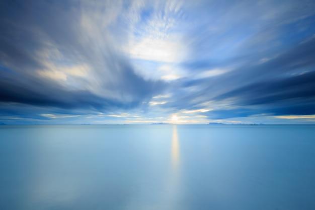 긴 노출 극적인 열 대 바다와 하늘 일몰