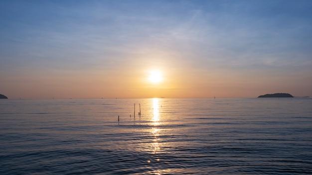 劇的な空の海の日の出または日没の風景の長時間露光画像ビュー美しい光の自然の背景。