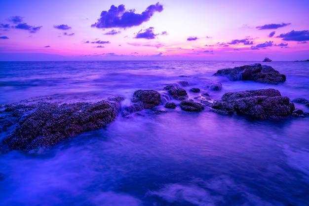 일몰 풍경 배경에서 바위와 극적인 하늘 바다의 긴 노출 이미지 놀라운 빛 자연 풍경입니다.