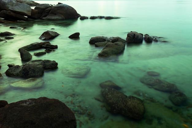 바다 풍경 배경에서 바위의 긴 노출 이미지
