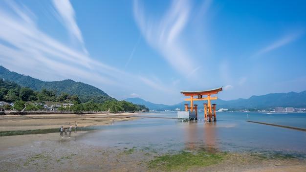 일본 히로시마 현 미야지마 섬 수리 중인 이쓰쿠시마 신사의 유명한 주황색 떠 있는 일본 신사(도리이)의 긴 노출 이미지
