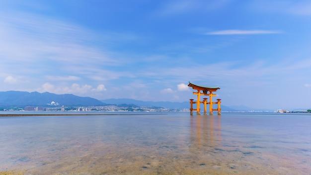 일본 히로시마 현 미야지마 섬 이쓰쿠시마 신사의 유명한 주황색 떠 있는 일본 신사(도리이)의 긴 노출 이미지