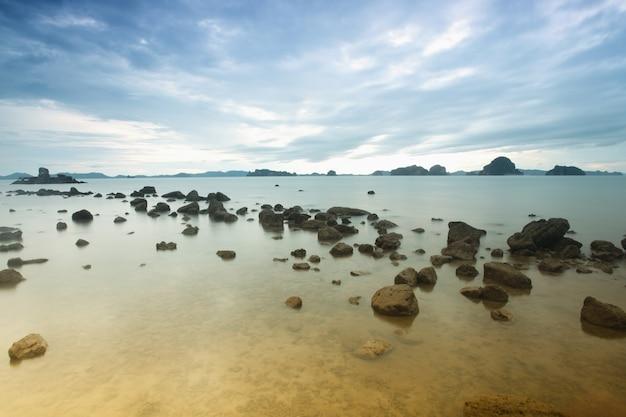바다와 바위의 긴 노출
