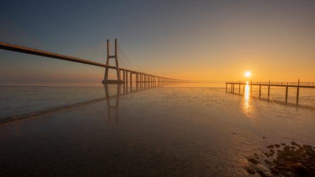 Длинная выдержка моста васко де гама лиссабон португалия