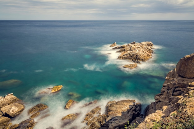 Снимок с длинной выдержкой с побережья коста-брава в испании