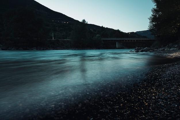 長時間露光川の水風景自然屋外画像-朝の光と静寂のコンセプトで落ち着いた