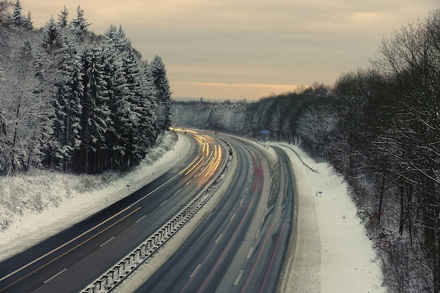 長時間露光は、夕暮れ時にドイツのベルギッシェスランドの冬の風景の中で高速道路を撮影しました