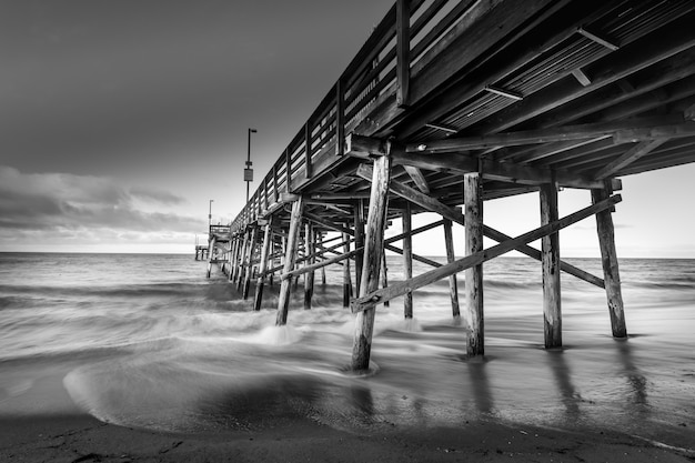 カリフォルニアのビーチの桟橋の長時間露光ショット