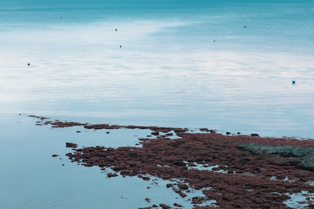 Weymouth, dorset, uk에서 바다 해안과 파도의 긴 노출 샷