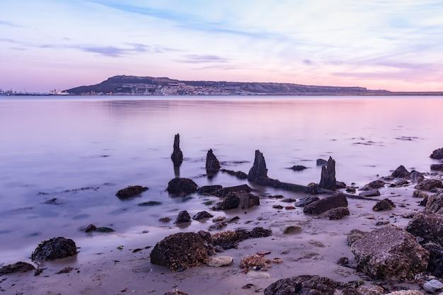 ポートランド、ウェイマス、ドーセット、英国の近くの海岸にある石の長時間露光ショット