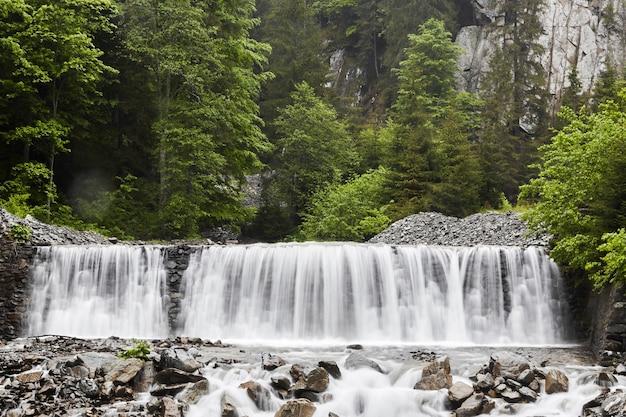 Водопад долгой выдержки в лесу