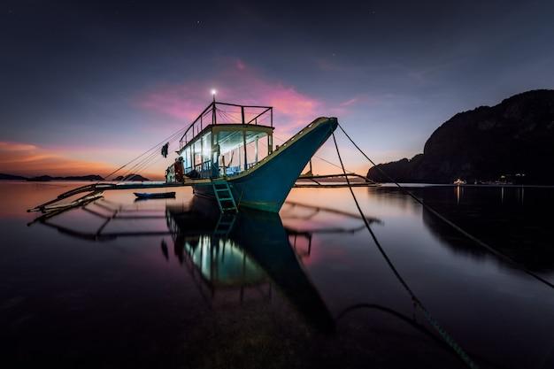 저녁에 전통적인 필리핀 보트로 긴 노출. 블루 아워 바다 경치
