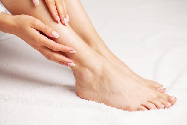 아름다운 매끄러운 피부, 다리 관리 개념 및 제모를 가진 긴 여성 다리