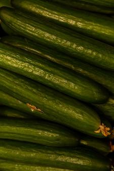 長く新鮮なキュウリ。ビタミンと健康食品。垂直。