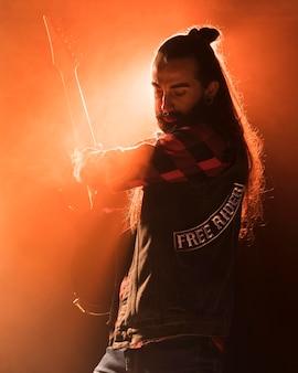 バンドで演奏するロングヘアのギター男