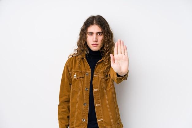 긴 머리 남자는 당신을 방지, 정지 신호를 보여주는 뻗은 손으로 고립 된 서 포즈.
