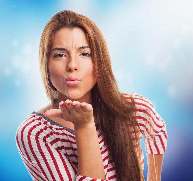 手のキスを与える長い髪の女性