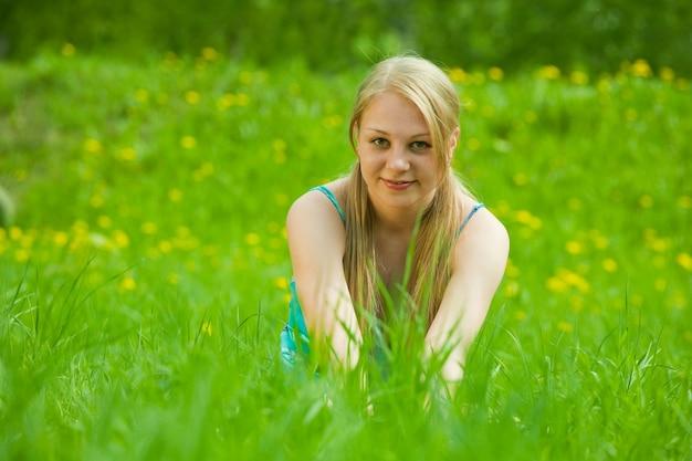 긴 머리 소녀는 잔디에 달려있다