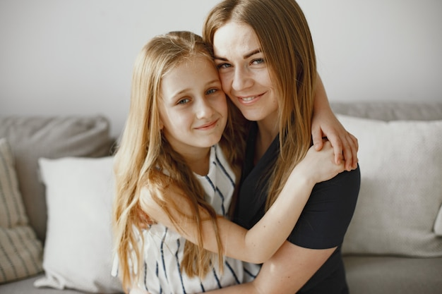 Длинноволосые девушки. счастливая мама с дочерью. дочь обнимает маму