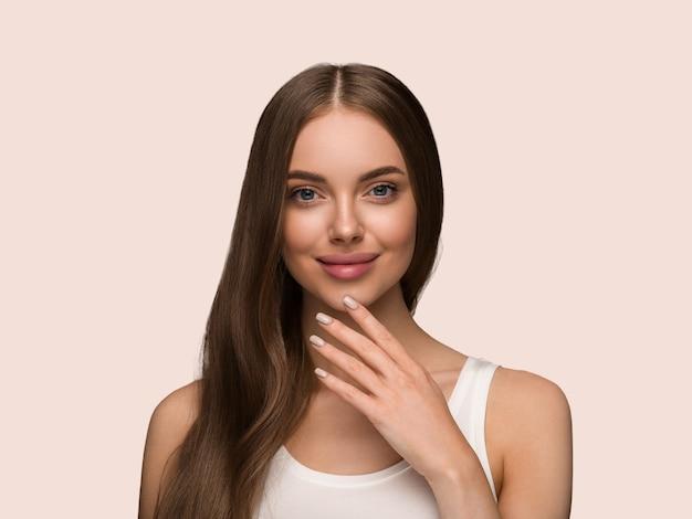 긴 곱슬 머리 아름다움 피부 얼굴 초상화와 긴 건강 한 머리 여자. 색상 배경 노란색
