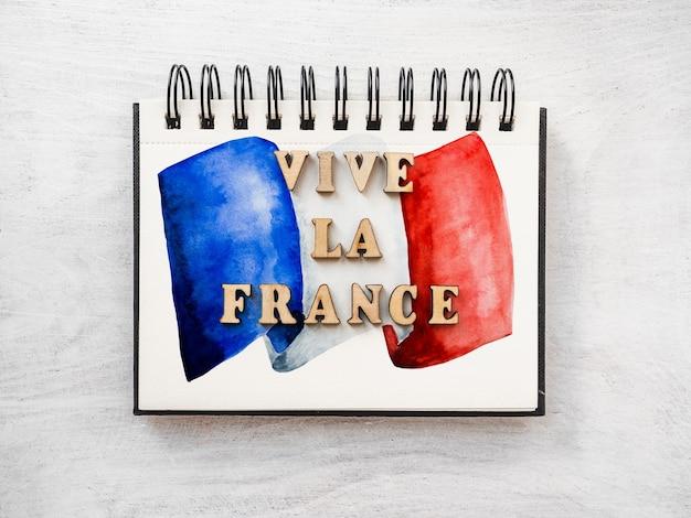 Да здравствует франция. да здравствует франция. красивая патриотическая карта. крупный план, вид сверху. концепция национального праздника. поздравления родным, близким, друзьям и коллегам