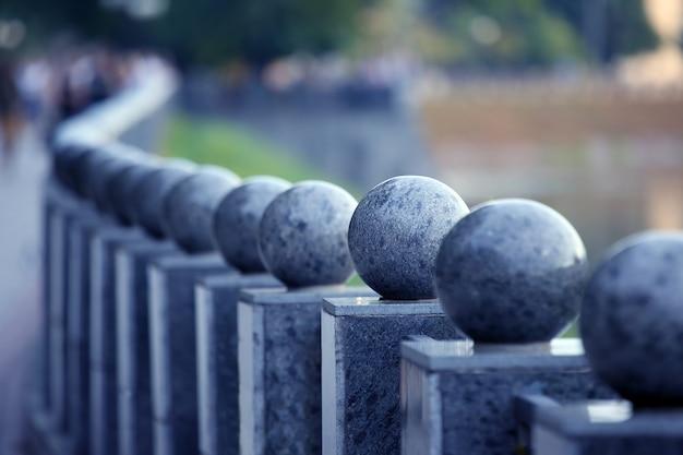 둥근 상단이있는 긴 대리석 기둥